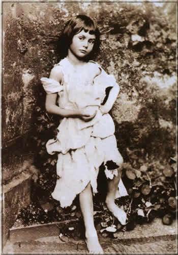 A pequena Alice Liddell, em uma pose considerada sensual para época