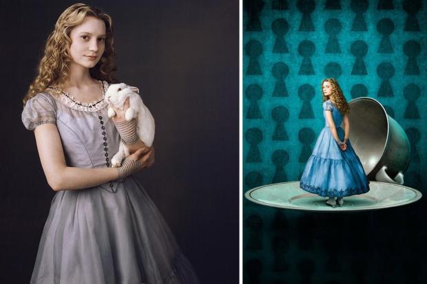 Mia Wasikowska como Alice segurando o coelho Branco (foto 1)